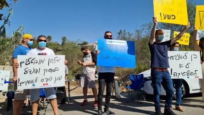 עובדי בזק בינלאומי ערכו קבלת שבת מול ביתו של שר התקשורת יועז הנדל
