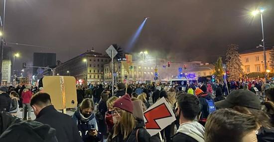 בעקבות ההפגנות ההמוניות: ממשלת פולין הימנית החלה לסגת מפסיקת בית המשפט העליון