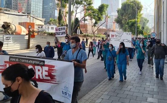 הרופאים המתמחים שבתו והפגינו בתל-אביב בדרישה לקיצור התורניות