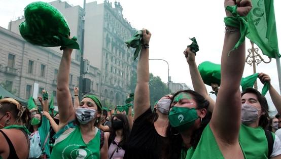 הפרלמנט בארגנטינה הצביע בעד חוקים להטלת מס על בעלי הון ולגליזציה של הפלות