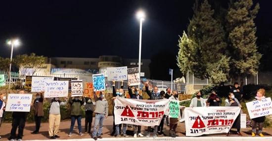"""דורשים לפנות את התחנה המרכזית: תושבי דרום ת""""א הפגינו מול ביתה של השרה רגב"""