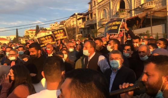 מאות הפגינו בעקבות הירי בראש עיריית אום אל-פחם לשעבר; צעיר נרצח בנגב