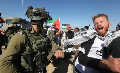 מאות פלסטינים וישראלים הפגינו בדרום הר חברון במקום בו נורה בצווארו הארון אבו עראם