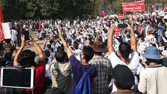 יום רביעי למחאות נגד ההפיכה במיאנמר; כוחות הביטחון החלו לדכא את ההפגנות