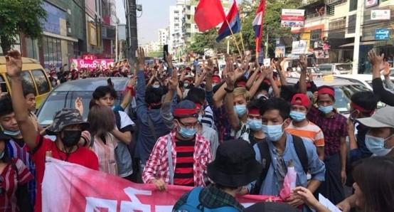 אלפי פעילים באיגודים המקצועיים וצעירים הפגינו נגד ההפיכה הצבאית במיאנמר