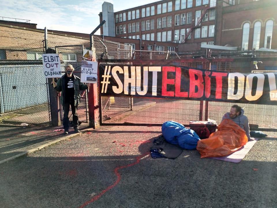 """פעילי אקלים ופעילים פרו פלסטיניים """"כבשו"""" הלילה את אתר מפעל אלביט בעיר אולדהם, אנגליה"""