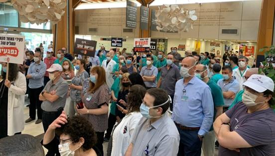הפגינו בבתי החולים ובכיכר הבימה: רופאים ומתמחים שובתים במשך יממה