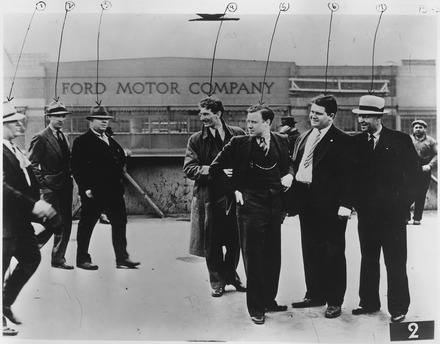 26 במאי 1937: פועלי איגוד הרכב במפעלי פורד הוכו נמרצות על ידי בריונים ששלח פורד