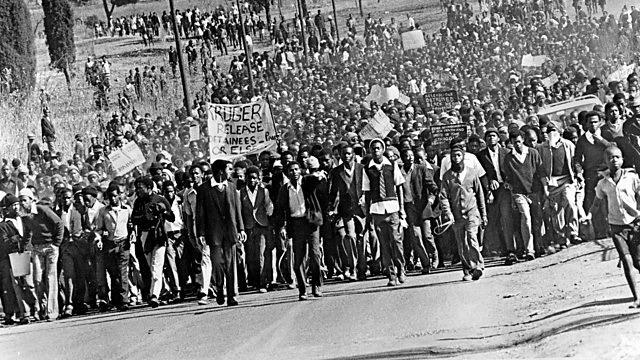 """בבוקר ה-16 ביוני 1976 אלפי סטודנטים יצאו להפגין בדרא""""פ נגד מחיקת השפות המקומיות"""