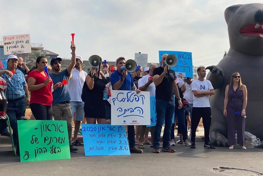 """קפיטליסטים הביתה: עובדי אלפא הפגינו ברעננה מול ביתו של מנכ""""ל החברה"""