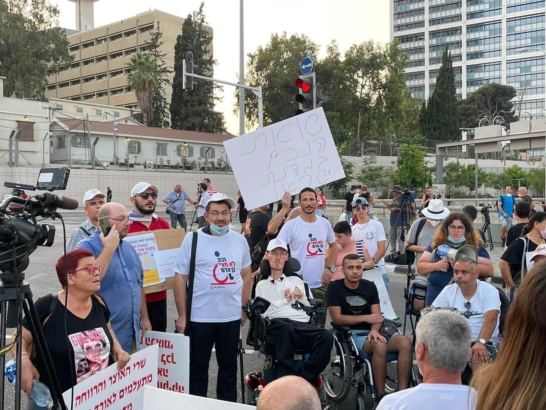 מחאת הנכים: מפגינים חסמו הבוקר את צומת הסירה בהרצליה; יחריפו צעדיהם