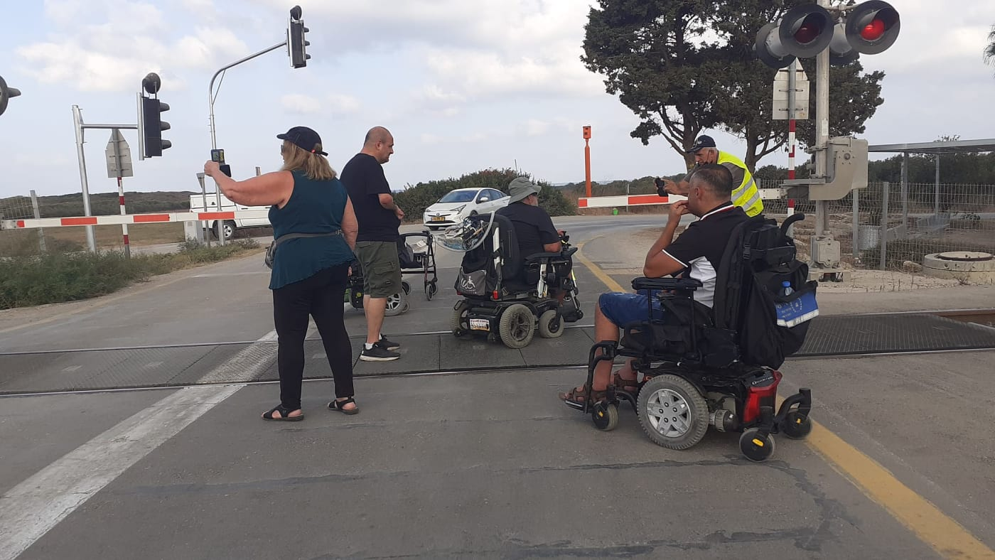 """פעילים בארגוני הנכים חסמו את הקו הרכבת ת""""א-חיפה ואת כביש 4 ליד בצרה"""
