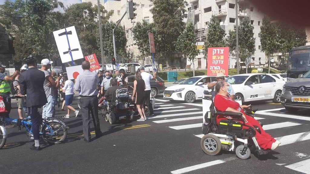 מחאת הנכים: מפגינים חסמו את הכניסה לירושלים ואת מחלף שורש