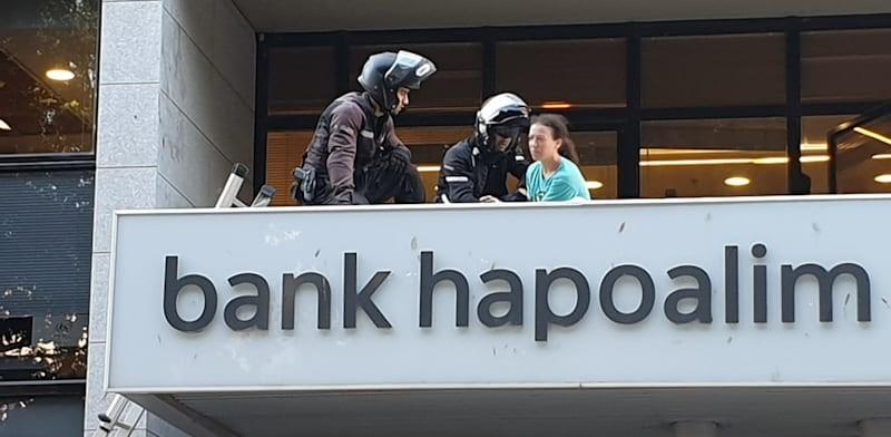 """שוטרי יס""""מ התנפלו על פעילי האקלים שרצו למחות מול מטה בנק הפועלים בתל-אביב"""