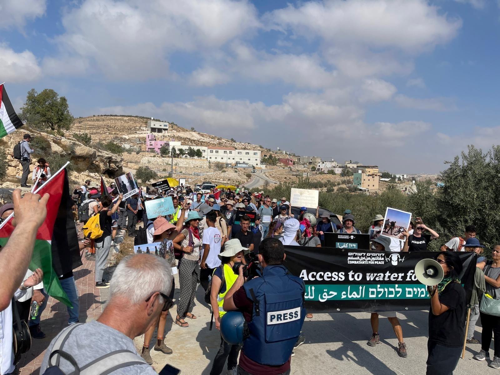"""מאות ישראלים ופלסטינים השתתפו בצעדת המים לדרום הר חברון; ח""""כ כסיף: כאן נעשה ניסיון לטיהור אתני"""