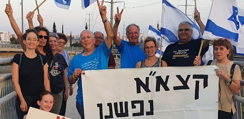 """שבוע שלישי ברציפות: פעילי סביבה הפגינו בגשרים ובצמתים בדרישה לבטל את עסקת קצא""""א"""